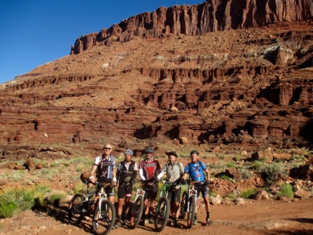 Group photo along the trail on Day 13